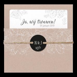 Eco trouwkaart met crème inlegvel , touwtje en rond zwart label