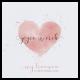 Huwelijkskaart met aquarel hart.  Romantische kaart met roze aquarel hart en goudfolie