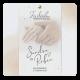 Huwelijkskaart sierlijke handen met ringen.  Twee handen met aquarel achtergrond