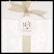 huwelijkskaart in de vorm van een envelop samengevoegd met een tule lint