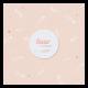 Trendy roze geboortekaartje met veertjespatroon en gouden hartjes.