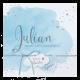 Hip geboortekaartje met blauwe waterverf en zilveren details.