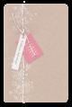 Lief geboortekaartje met bloemen en vlindertje in suède inkt en labels aan een koordje met gouddraad.