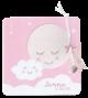 Lief geboortekaartje met maan en wolkje, met labels en bedeltje aan een lintje.