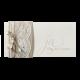 Chique trouwkaart met sierlijk lettertype en wikkel van echt kant