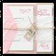 Zoete trouwkaart op kraftpapier met wikkel van kant en roze accenten