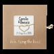 Hippe, typografische trouwkaart op kraftpapier met knoop en touwtje