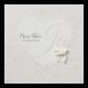 Sierlijke trouwkaart op parelmoerpapier met hartjesmotief