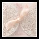 Romantische trouwkaart met opengewerkt kant en roze lint