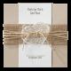Hippe trouwkaart op kraftpapier met wikkel van jute en touwtje