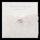 Luxe trouwkaart in sierlijke hoes met twee subtiele metalen hartjes