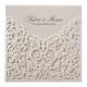 Deze elegante uitnodiging op parelmoer papier is voorzien van een chique hoesje met opengewerkt barokpatroon.
