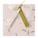 Uitnodiging met vrolijke labels, te voorzien van eigen tekst, gestrikt met groen lintje.