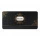 Deze uitnodiging heeft sierlijke zwart- en goudfolie elementen uitgevoerd op glinsterend zwart papier.